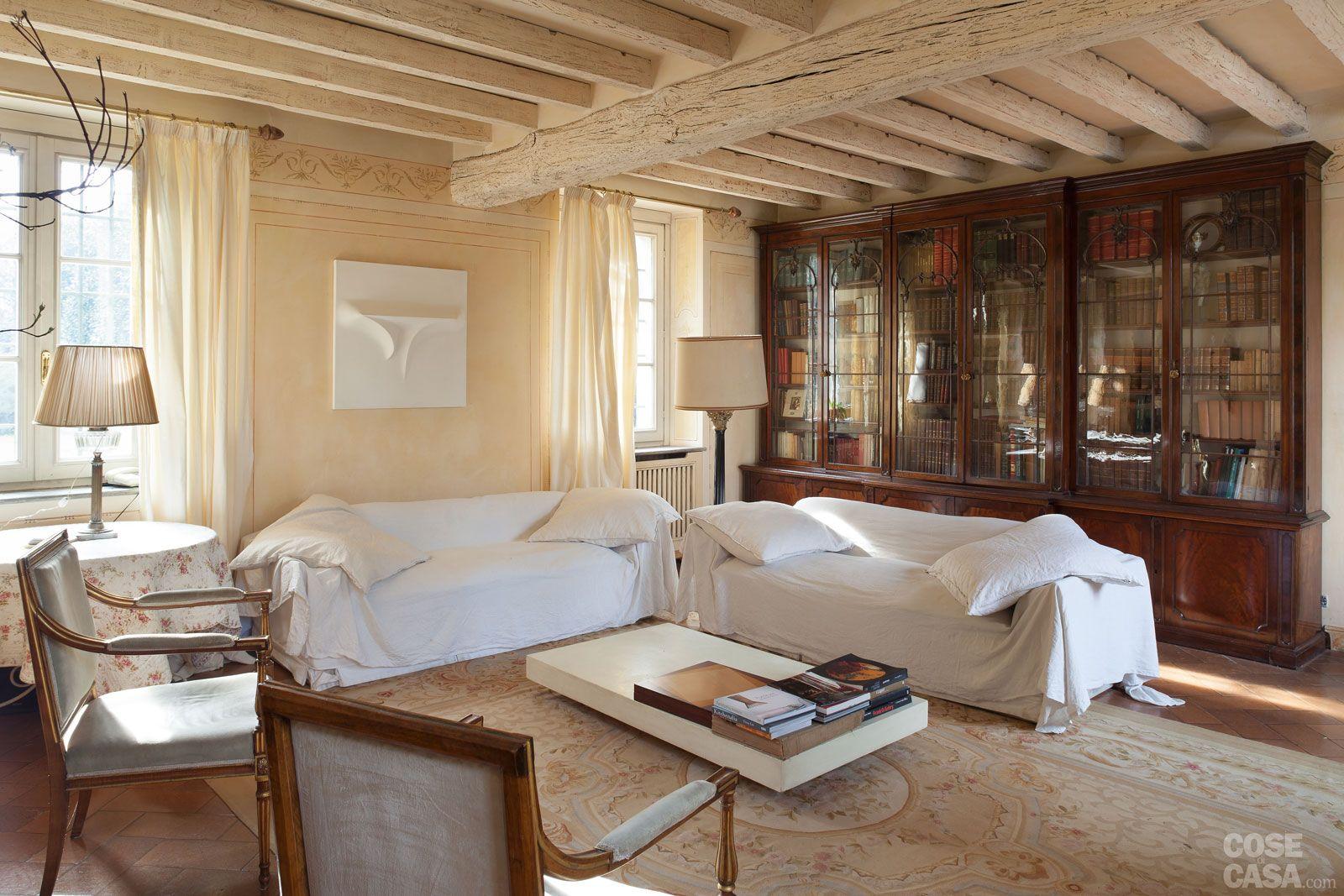 Da cascina a casa chic con travi a vista e soffitti for 4 piani casa di campagna camera da letto