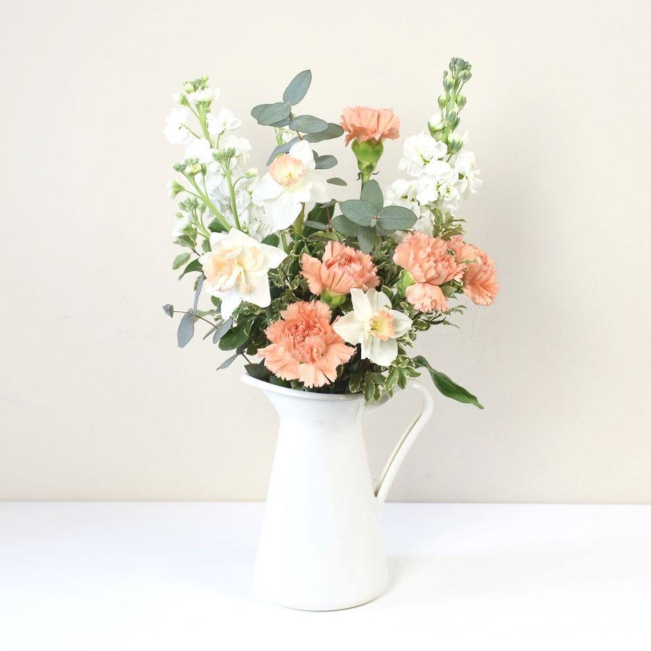 Mazzo Di Fiori Milano.Seasonal Flowers In A Fine White And Coral Slow Flowers Bouquet