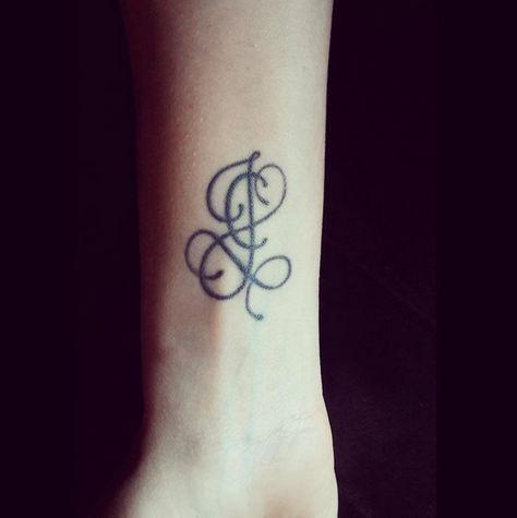 modèle de tatouage lettres   Tatouage lettre, Modele tatouage, Tatouage initial