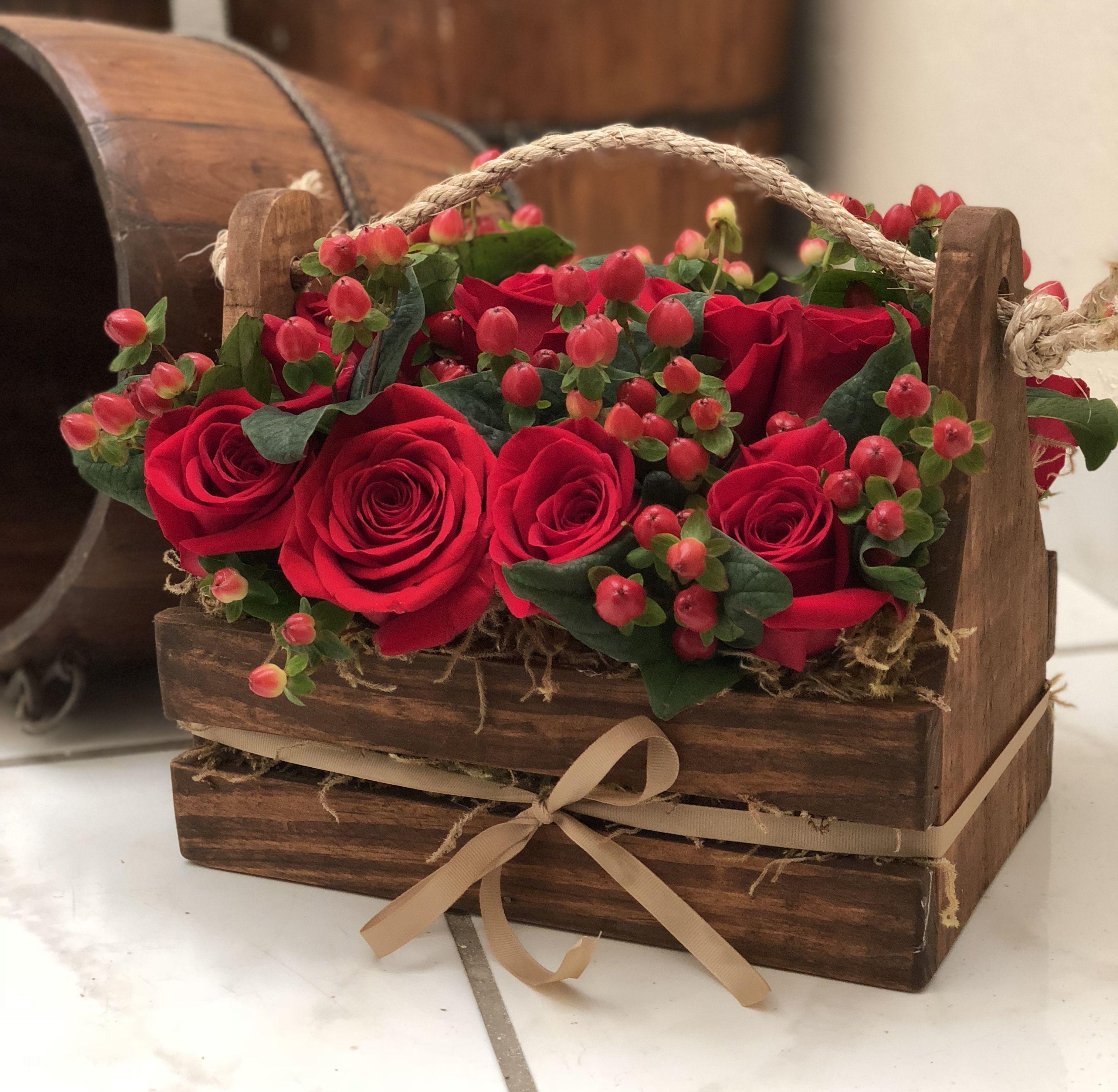 Rosas E Hipérico En Canasta Rústica Decoraciones