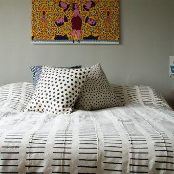 Land: Bangladesh Mått: 250×270 cm Material: 100% bomull Design: Afroart Studio Tvättråd: 40 grader fintvätt (överkastet krymper ca 7% på längden vid första tvätten)