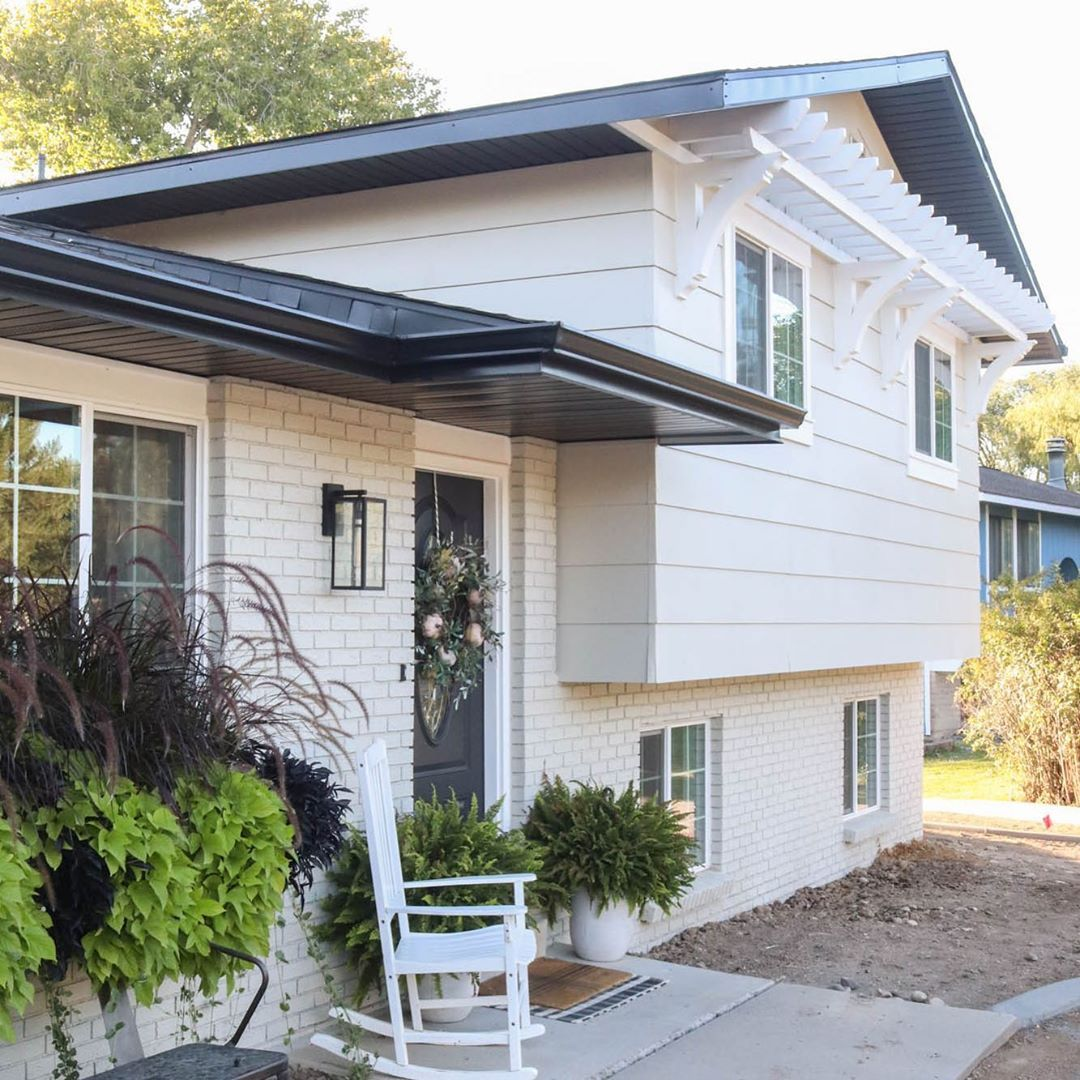 When We First Bought Our 1970s Bilevel House I Always White Exterior Paint House Exterior Exterior House Colors