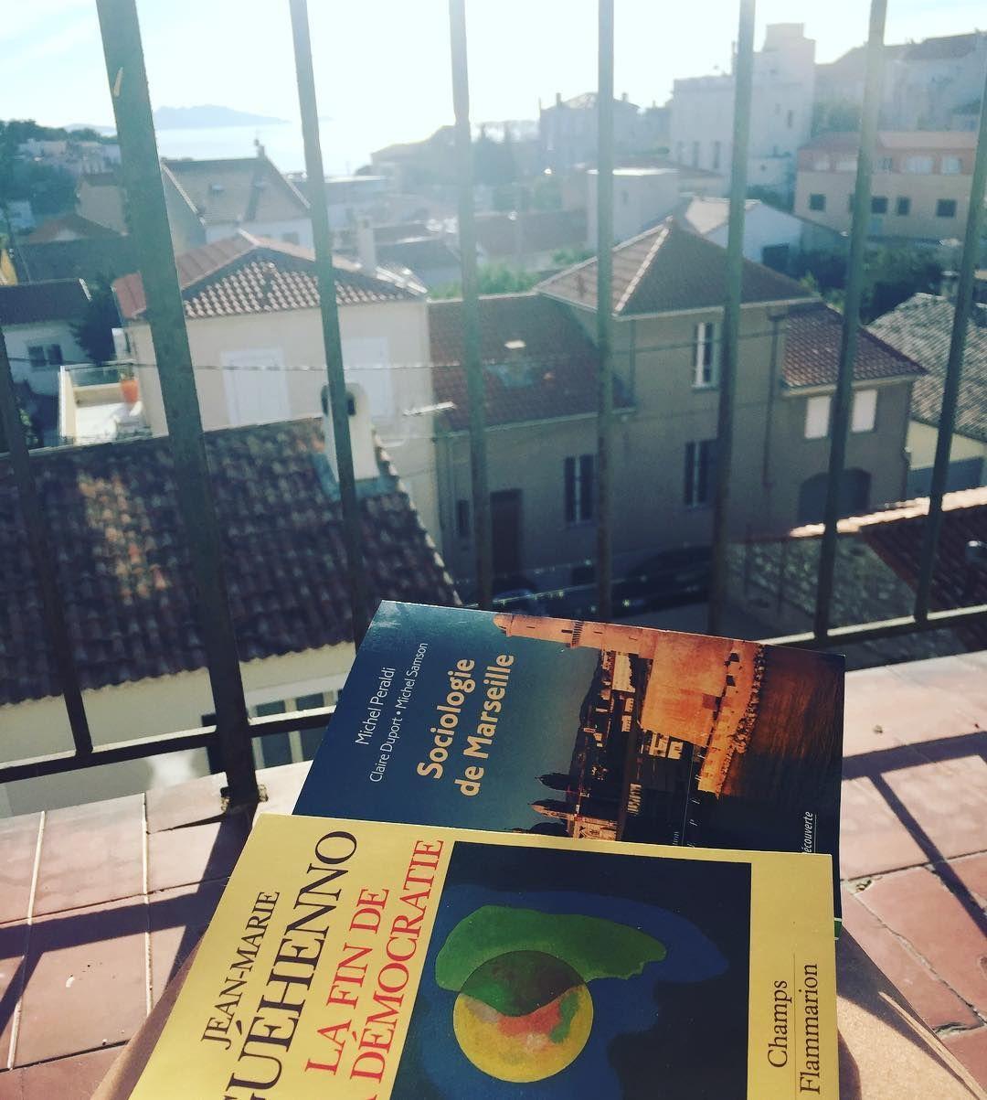 Lecture du jour sur mon balcon au soleil #winter #reading #lecture #happy #marseille #politique