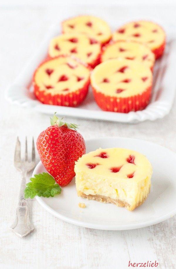 Rezept für Käsekuchen-Muffins mit Erdbeerherzchen | Recipe | Kuchen ...