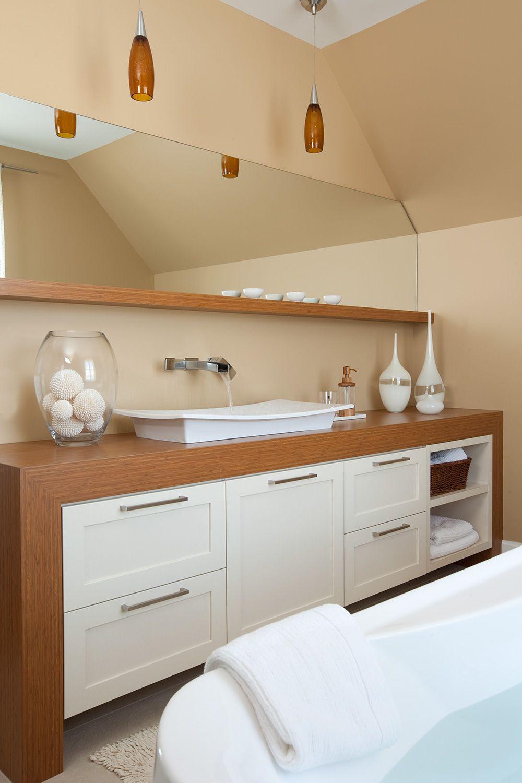 Cette salle de bains moderne comprend une vanit aux for Armoire salle de bain blanc