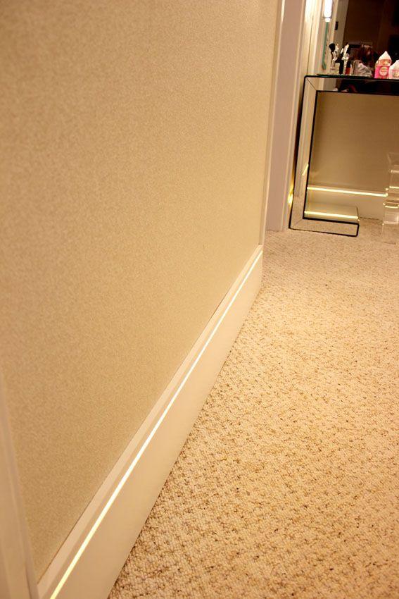O Rodape Branco Santa Luzia Modelo 496 De 15 Cm De Altura Complementa O Carpete E Ainda Traz Um Charme Extra Fita De Led Que Pro Fita De Led Led Iluminacao