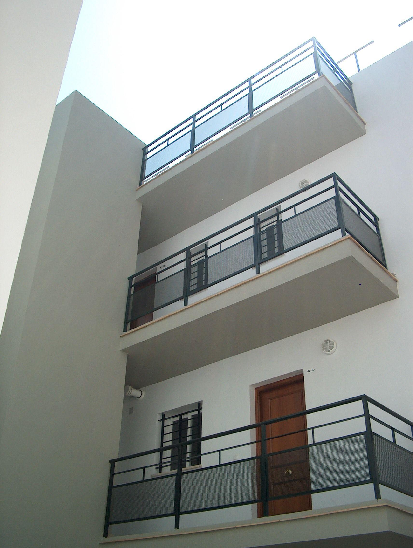 Edificios moderno balcon exterior puertas for Edificios modernos minimalistas