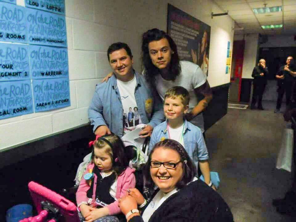 1d Star Louis Tomlinson Makes Amazing Gesture To Help Six Year Old Disabled Fan One Direction Louis Tomlinson One Direction Louis One Direction Harry Styles