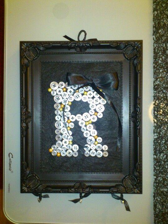 Cuadro con letra de botones y colgadores inferiores para los collares  Retrateras  Pinterest  Ideas Manualidades y Collares