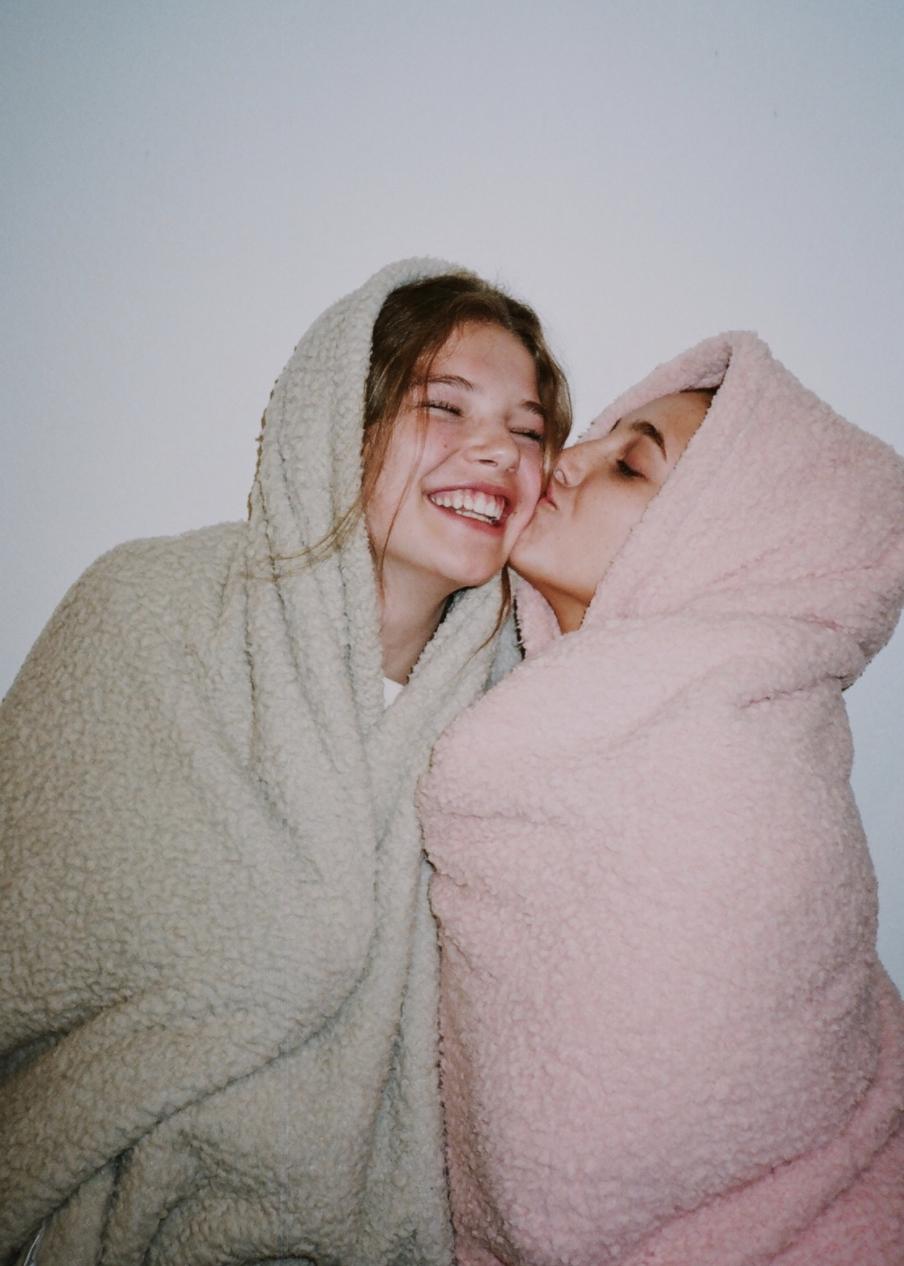 , Emma Chamberlain and Ellie Thumann, Travel Couple, Travel Couple