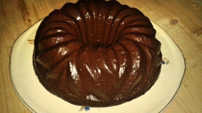 Den kalten Kuchen mit der Schokoglasur überziehen. Alternativ kann der Kuchen auch mit Puderzucker bestäubt werden.