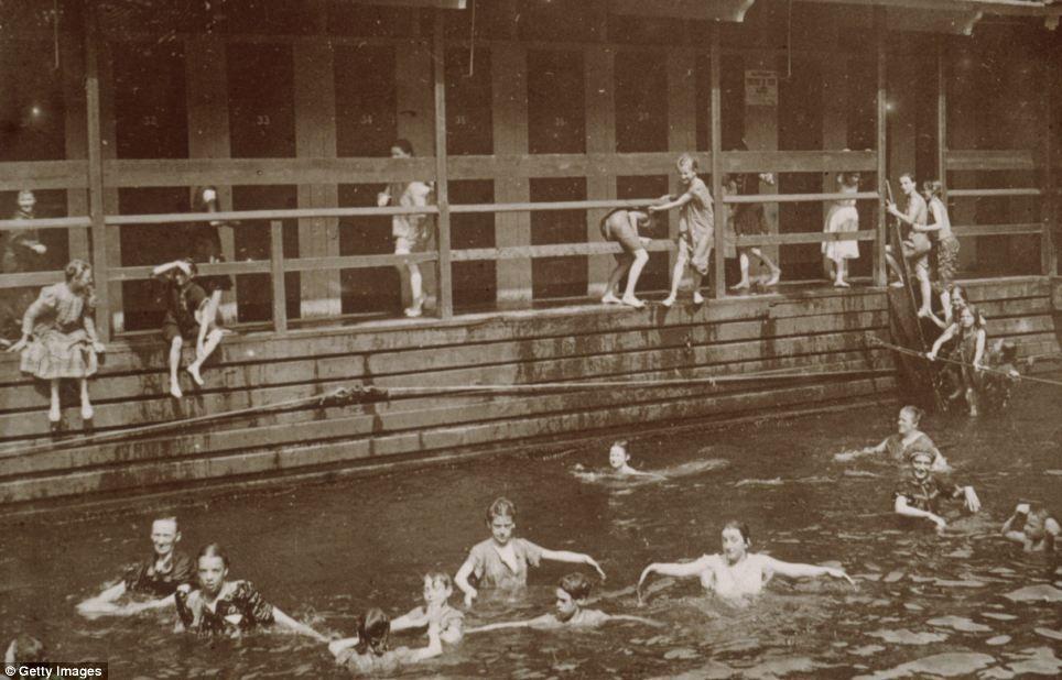 imagen de un grupo de niños que nadan en un baño público en la ciudad de Nueva York, alrededor de 1895.jpg