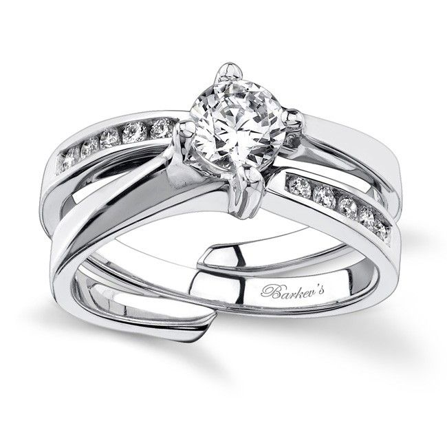 This unique diamond wedding ring set features an interlocking