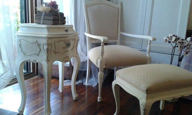 Tavolino Poggiapiedi ~ Comodino poltroncina e poggiapiedi in original white country grey