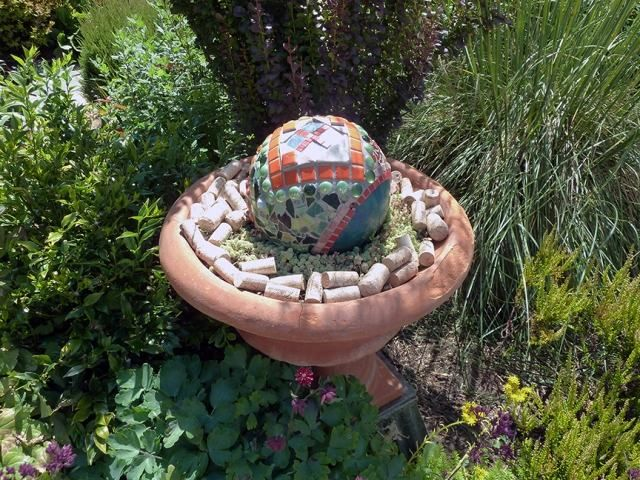 gartendeko idee selber machen mosaik beton ball tongefäß - gartendekoration selber basteln