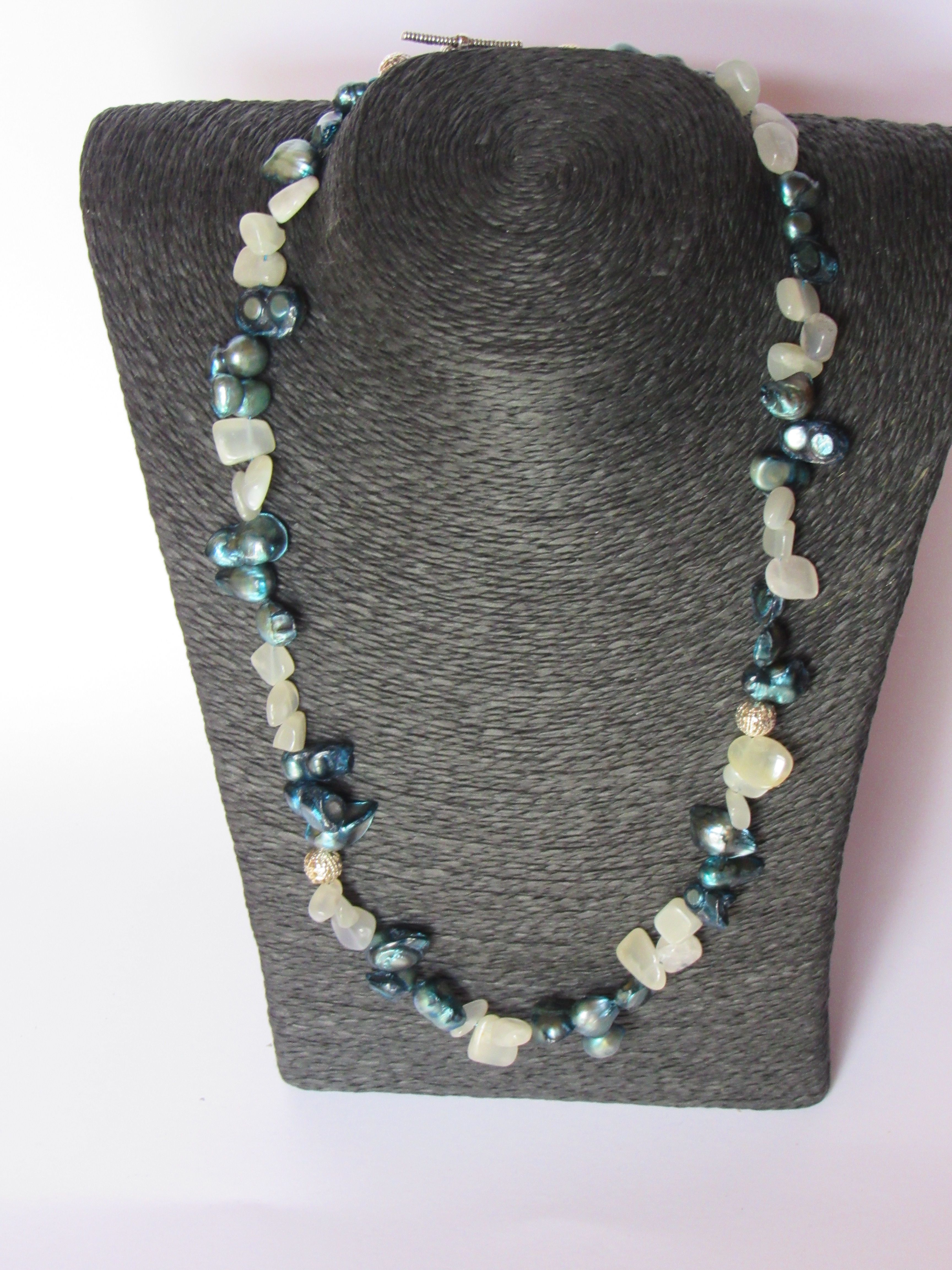 Agathe with moonstone and silver beads. A beautiful combination!