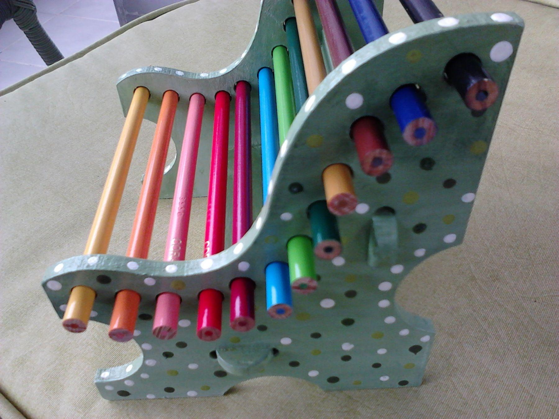 Banco em MDF que imita um assento de praça pública. Contém furos nas laterais da peça para encaixe de 12 lápis de cor em tamanho normal.  A pintura, em se tratando de uma peça voltada a crianças e jovens, não...
