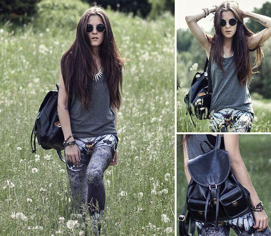 Lovely Sally Leggings, Nr Shop Top, Tako Feito De Mao Rucksack http://store.lovelysally.com/collections/leggings/products/shake-ya-tail-feathers-leggings