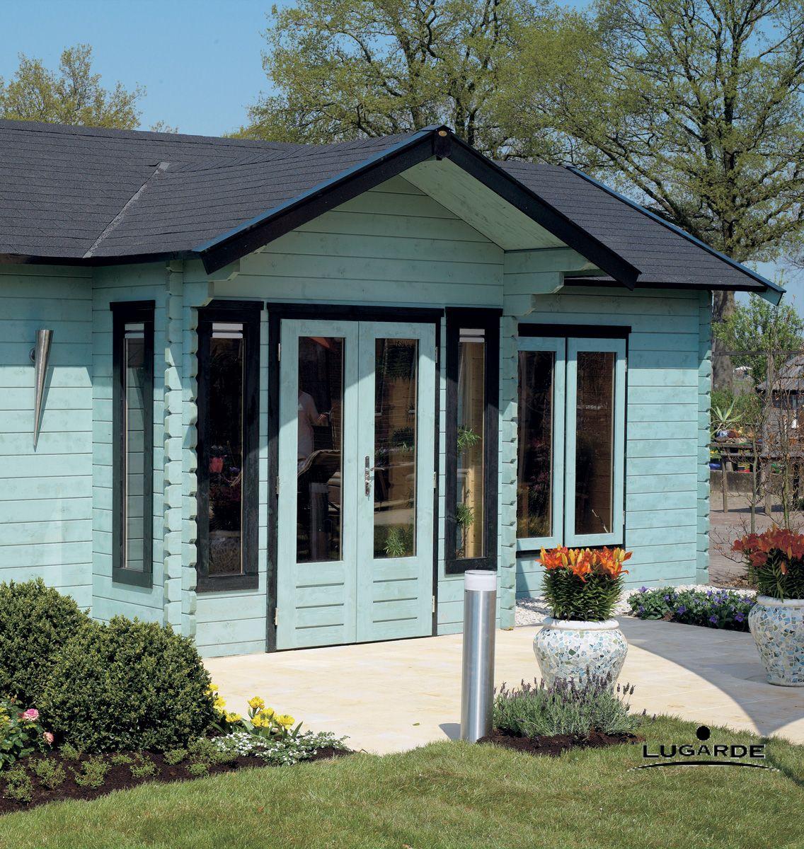 ein blaues gartenhaus scheint ungew hnlich ist bei. Black Bedroom Furniture Sets. Home Design Ideas