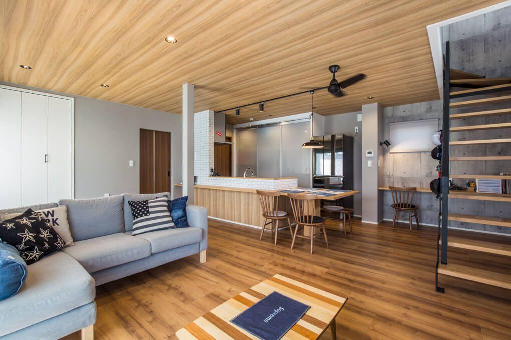 Ldkの壁と天井には白を使わず グレーと木目調クロスで仕上げる事で