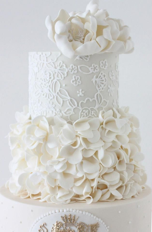 Cake with ruffled petals :: Lc- is that just a 5-petal cutter I see? Smart..