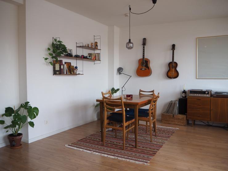Beau Großes Esszimmer Mit Holzmöbeln Und Gitarren Als Wanddeko #Esszimmer  #Holzmöbel