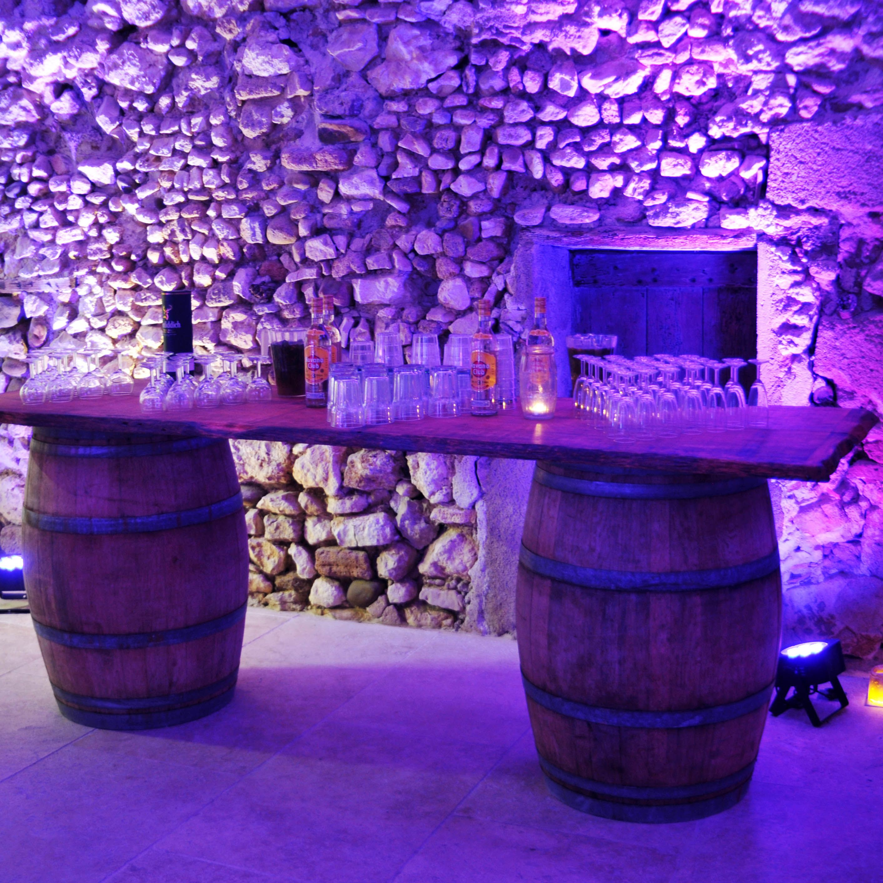 Tables En Bois Et Tonneaux Vin