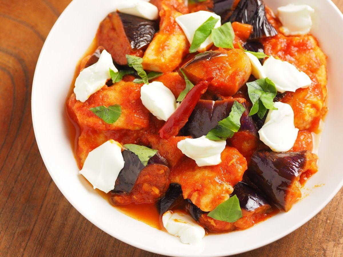 【動画あり】鶏むね肉のトマト煮です。鶏むね肉と茄子をトマトの水煮缶詰を使って煮込み、クリームチーズを添えて仕上げます。鶏むね肉は一口大に切ってから下処理して焼き、茄子は電子レンジ加熱してから煮込みます。身近で安価な材料で、ちょっと本格的な料理を作ります。 http://dt125kazuo.blog22.fc2.com/blog-entry-3652.html
