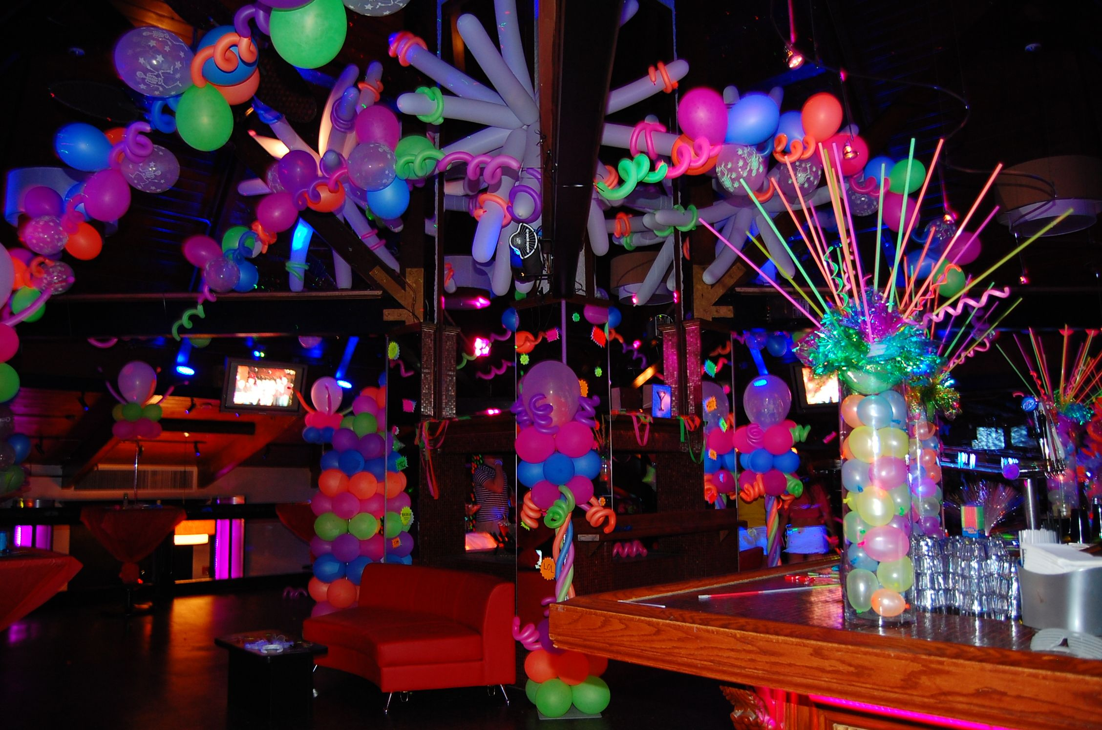 Festa De 15 Anos Ideas: Glowing Balloons! Balloonsbytommy.com