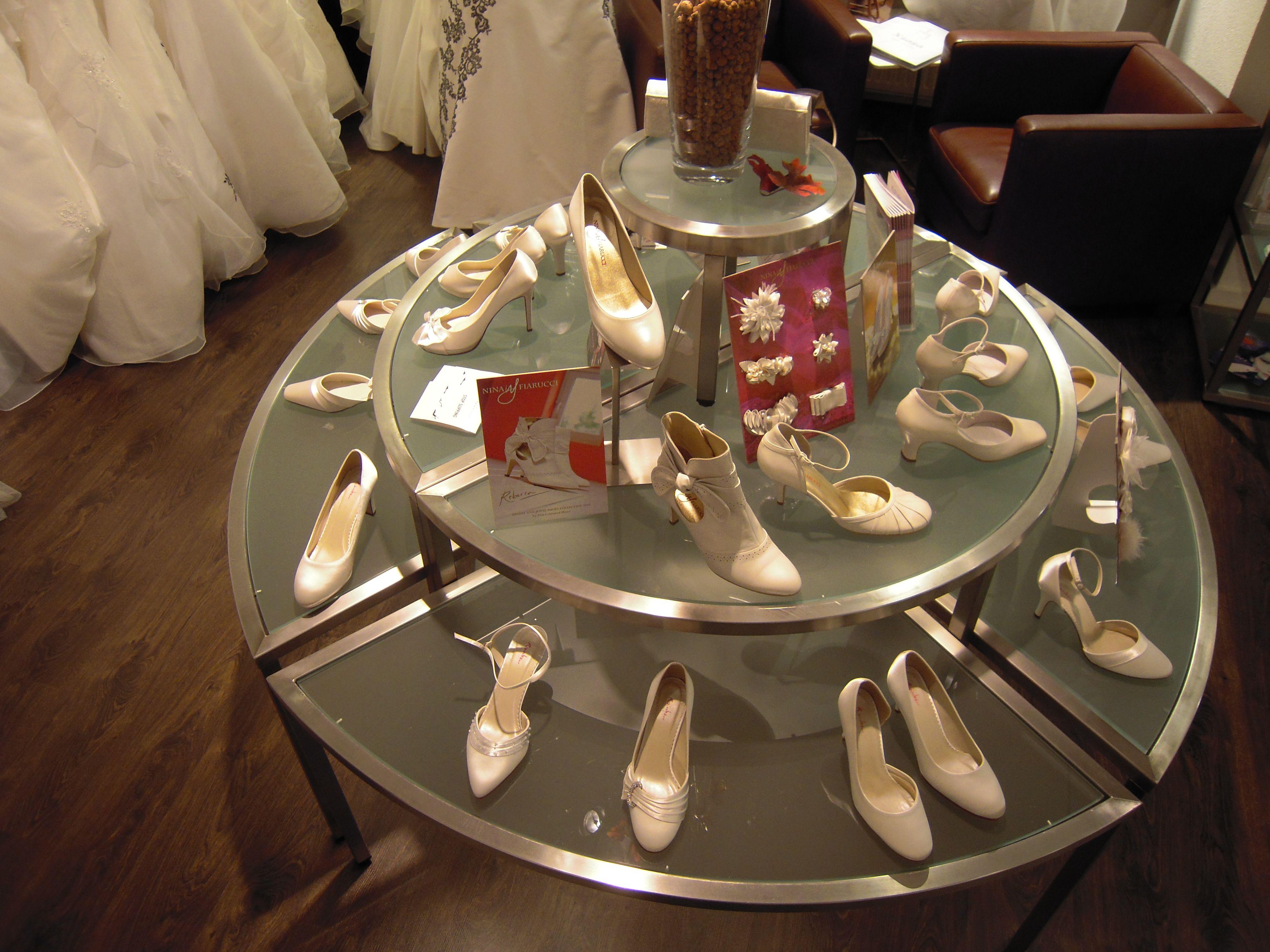 Trouwschoenen op de ronde tafel Xsasa bruidsmode Groningen