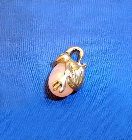 【美と愛カエル(ローズクオーツ)】カエルのペンダントトップです!古くから開運を招くと言われる、縁起の良いカエルが、美と愛を与えるパワーストーン「ローズクォーツ」を抱きました。女性の愛と魅力を高め、美と健康を保つと言われる「ローズクォーツ」を抱いたカエルで、恋愛運をUPして下さい!商品ページ→ http://kaiun.shops.net/item?itemid=21540