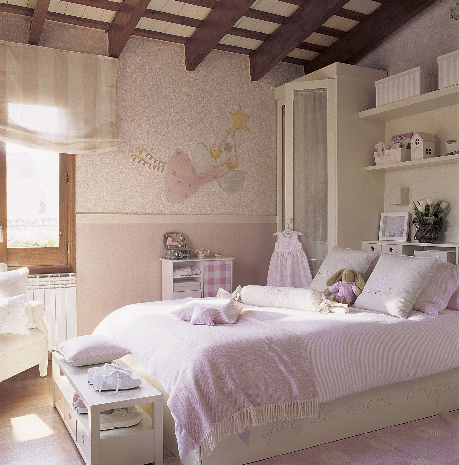 Dormitorio lila y blanco con vigas de madera y dibujos decorativos_00140569