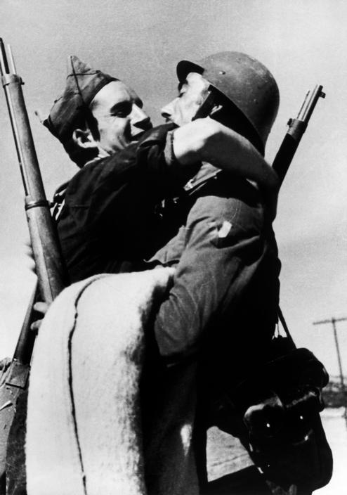 Aragón, Spain. Republican soldiers in the Aragón front. By Robert Capa, ( August-September 1936)