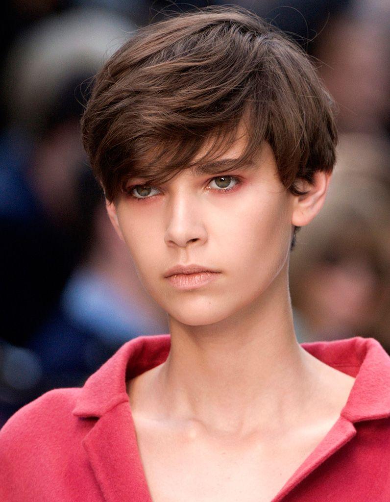 Frange longue degradee | Coupe garçonne, Cheveux courts fille et Coiffures de garçon manqué