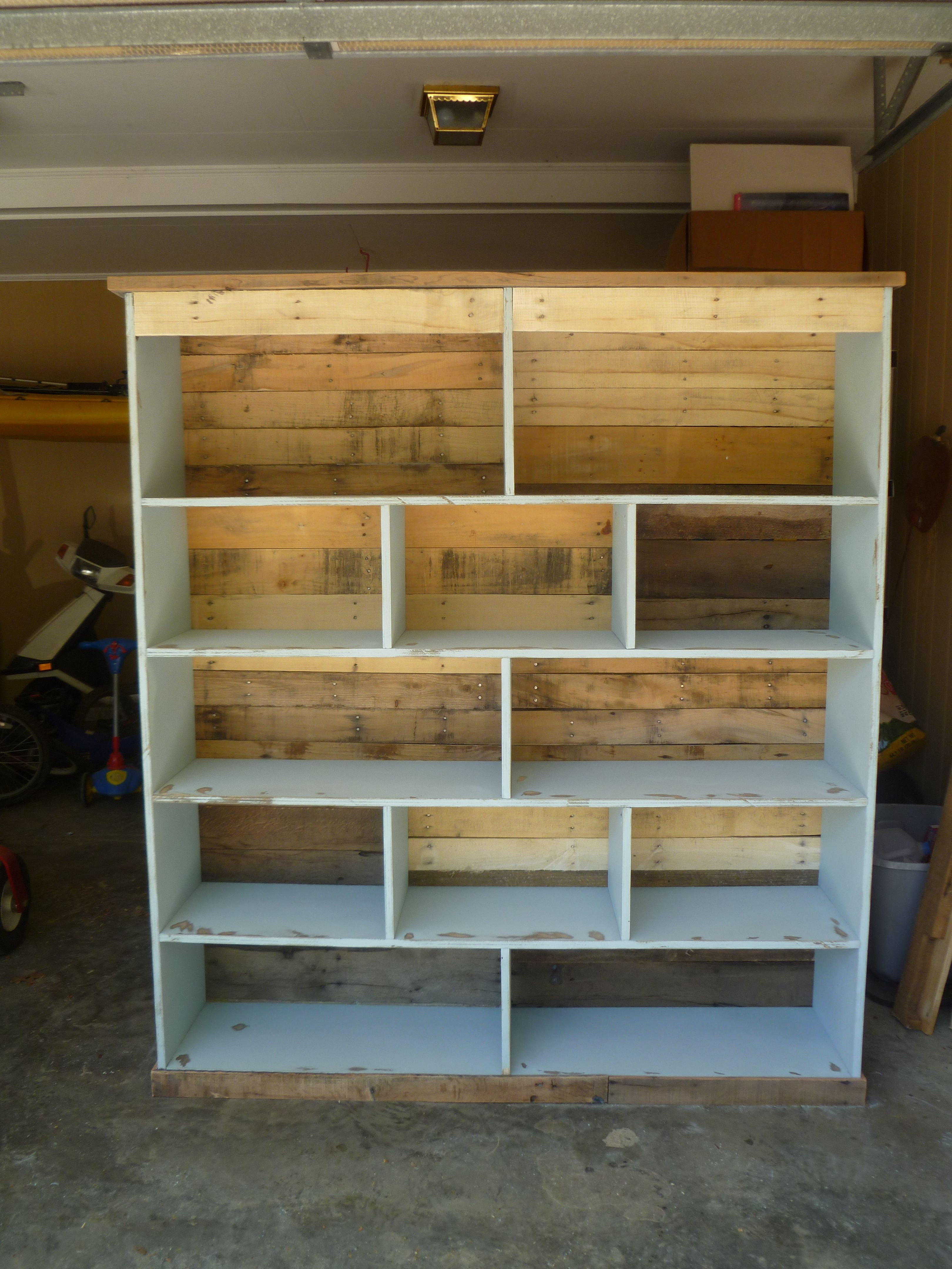 Bookcase made with pallets pallets fabulous ideas for Living room furniture made out of pallets