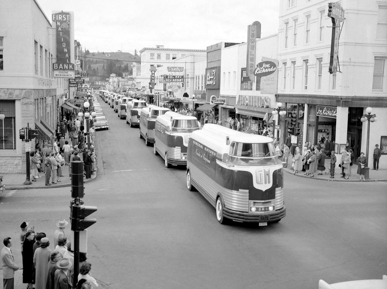 Aiiaiiiyo General Motors Futurliner Bus Parade Of Progress 1939 1984x1480 Check This Blog Concept Cars Vintage General Motors Panel Truck