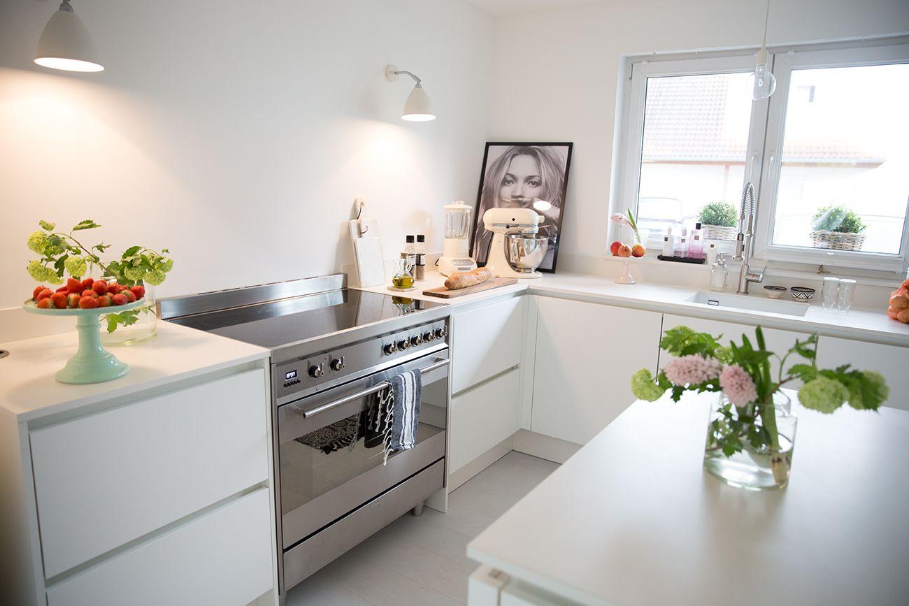 Küchenideen  weiße Küche matt - Küchenideen - dünne Arbeitsplatte - Beleuchtung ...