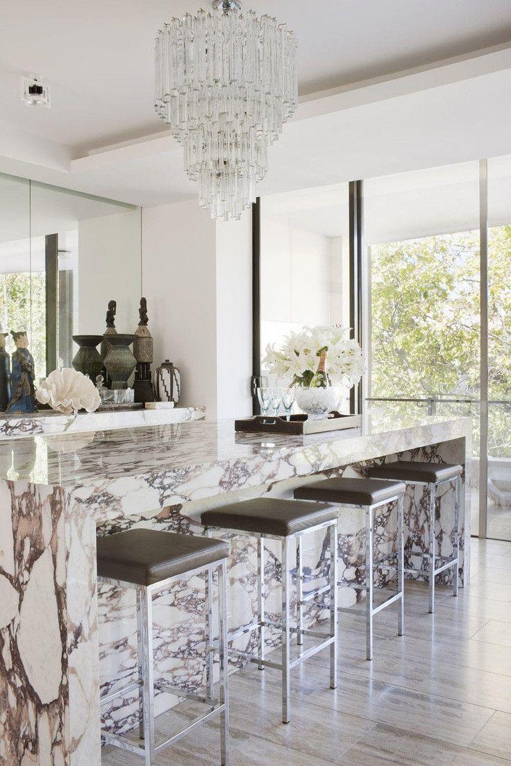 White kitchen, marble bar, chandelier #Modernkitchenmarble