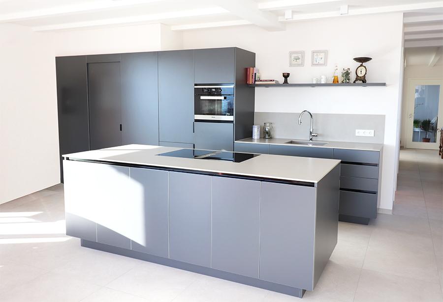 Moderne Kuche Grau Mit Glaskante Keramikarbeitsplatte Moderne Kuche Kuche Tischlerei