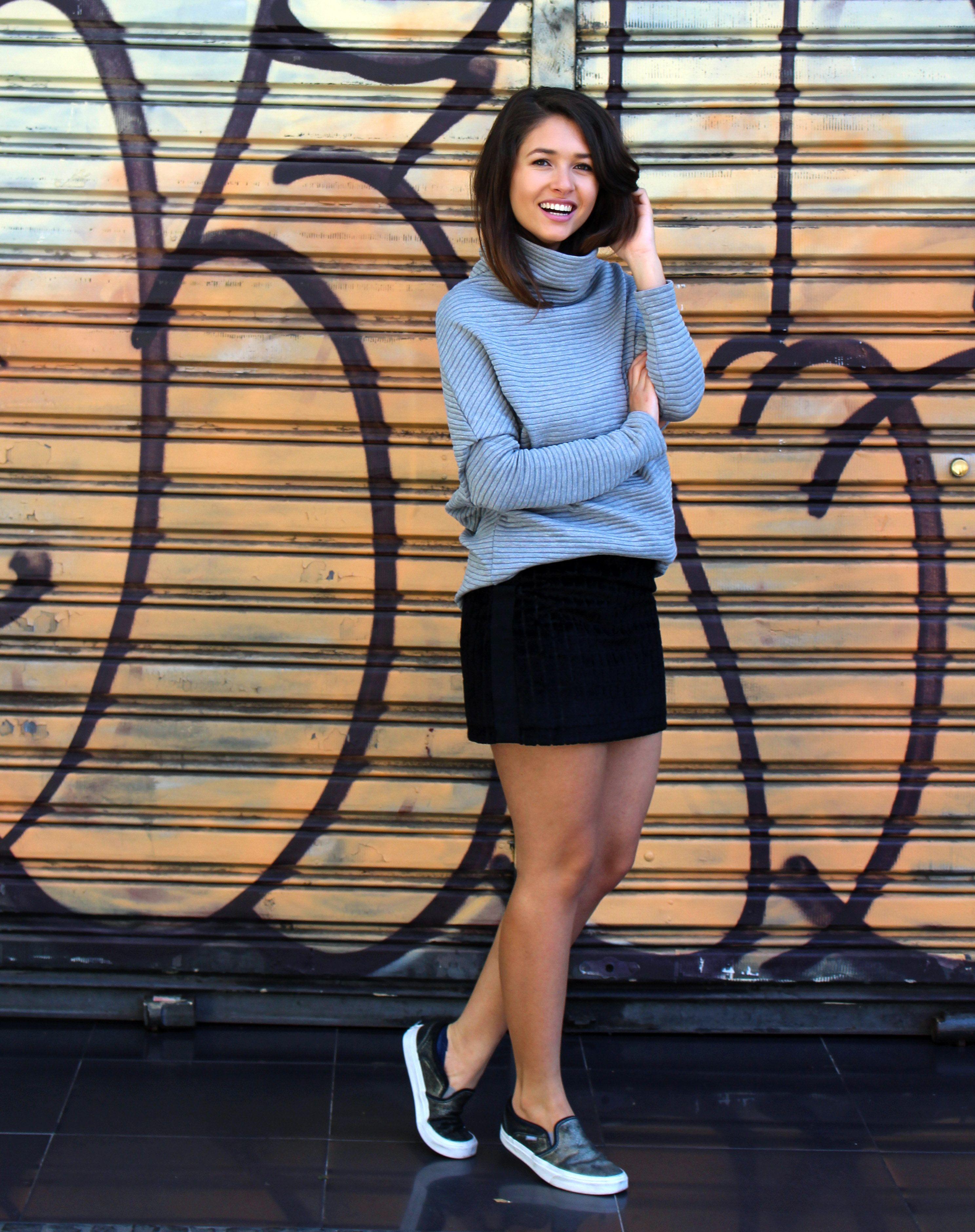 ce0feb65964 Look com blusa de tricô gola alta cinza usada com mini saia de veludo e  tênis slip on. - Turtleneck top and velvet skirt ans sneakers Bruna Gullaci   moda ...