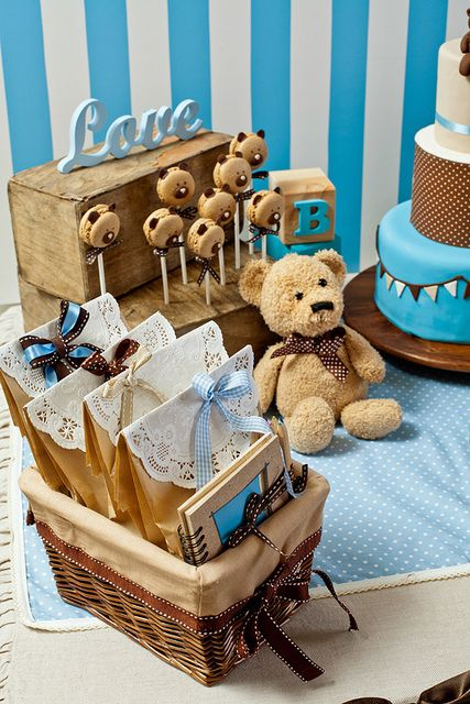 Usar ursinhos na decoracao da mesa e estantes