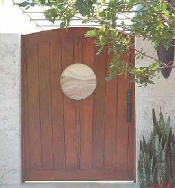 portn de jardin con tratamiento especial para el exterior que mantiene la madera protegida de las