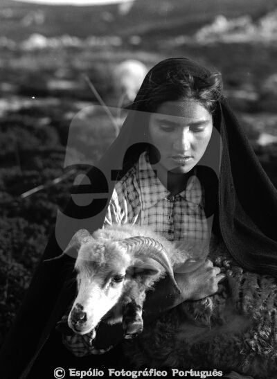 Espólio Fotográfico Português Caramulo - Pastora e Ovelha