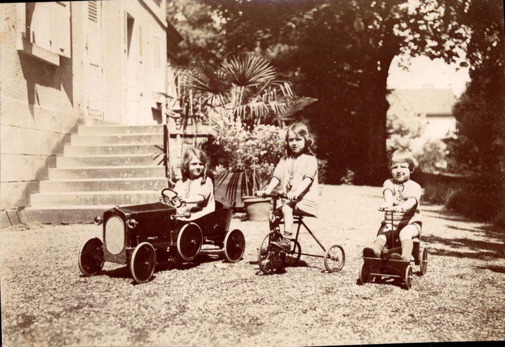 snapshot vintage enfants avec voitures p dale et tricycle jouet 1927 toys photographies et. Black Bedroom Furniture Sets. Home Design Ideas