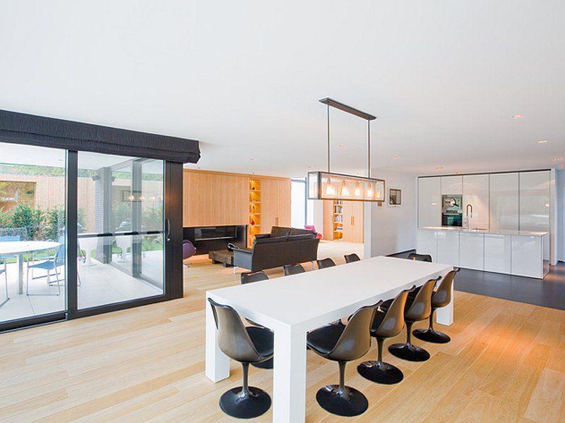 Eetkamer • woonruimte • modern • trendy verlichting • parket • open ...