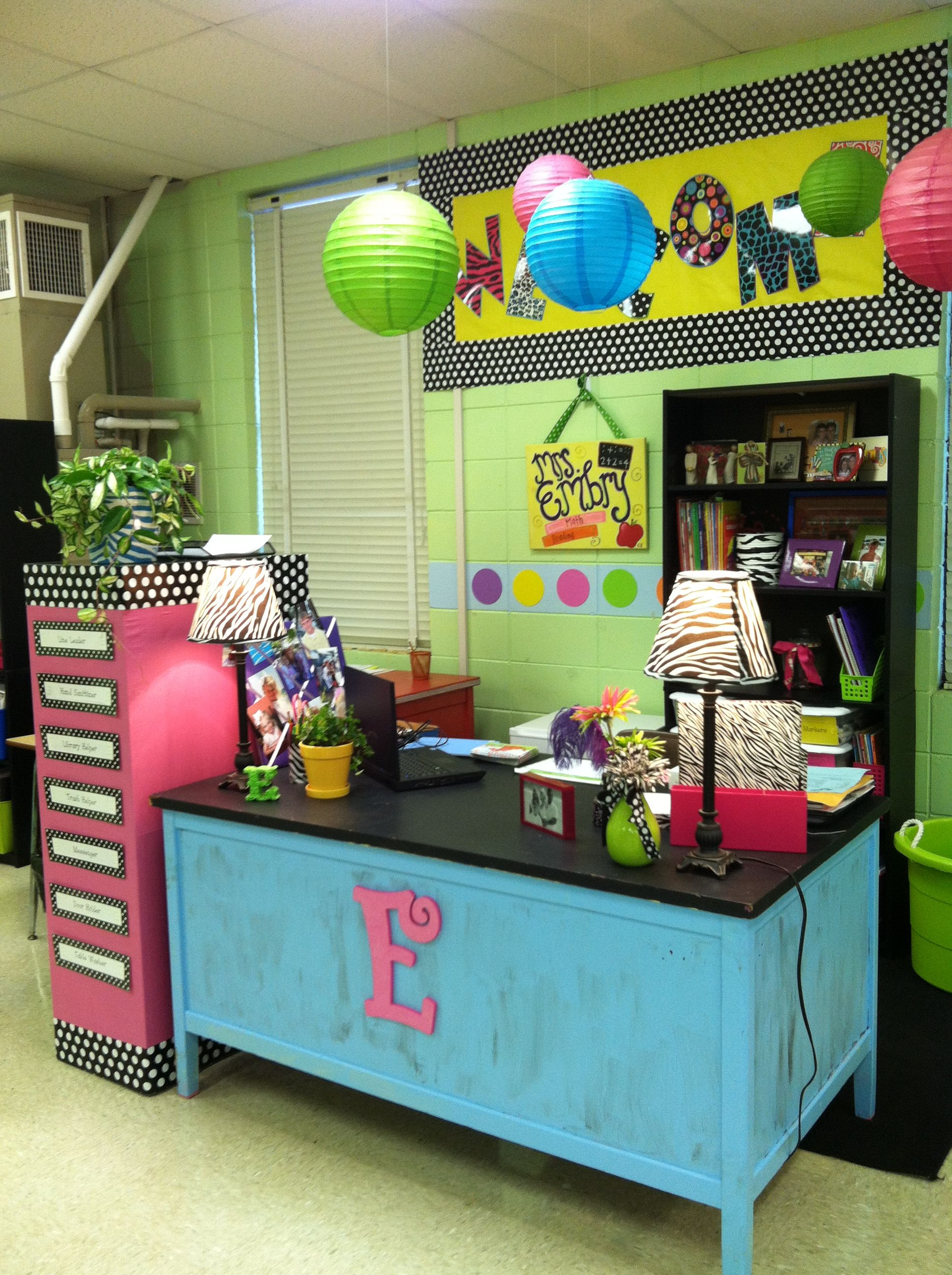 So Cute This Class Room Makes Me Want To Be A Teacher Classroom Decor Teacher Desk Organization Teacher Desk