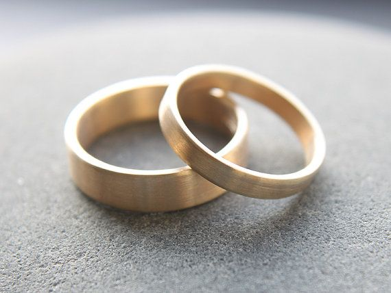Ähnliche Artikel wie 3mm + 5mm flat wedding ring set for him and her in 9ct yellow gold, brushed finish – made to order from recycled gold auf Etsy