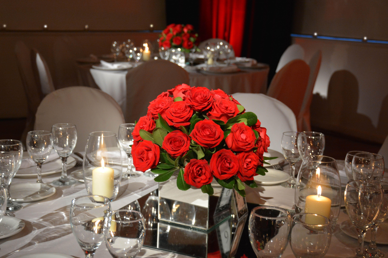 Centros De Mesa Con Bouquets De Rosas Rojas Sobre Base