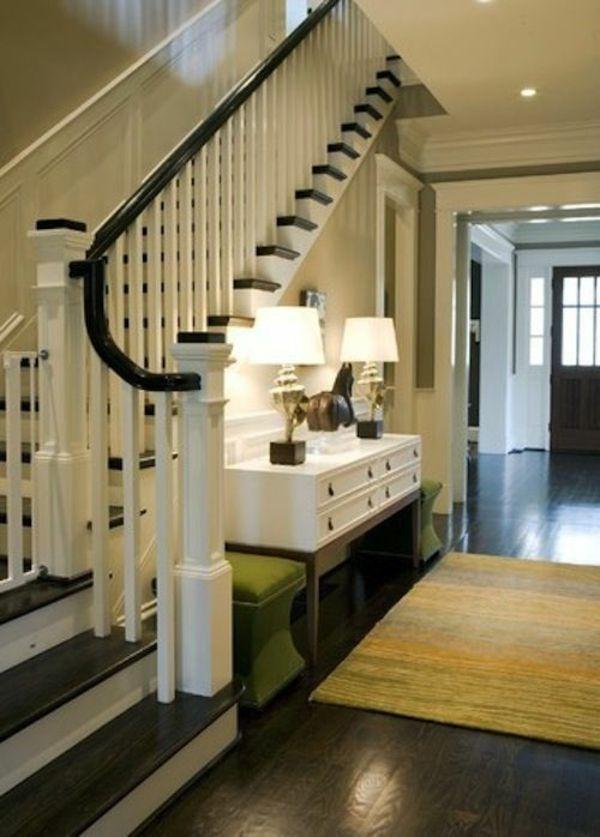 Flur wohnideen treppe bedienungstisch 2 lampen teppich grüne ...