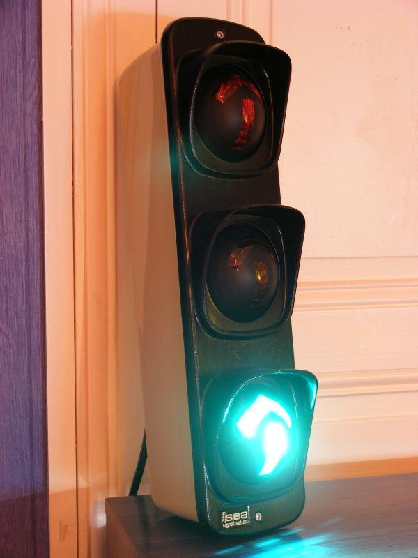 petit feu tricolore de signalisation fl ches rouge jaune vert panneaux de signalisation et. Black Bedroom Furniture Sets. Home Design Ideas